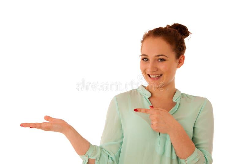 Geschäftsfrau, die auf Kopienraum beim Darstellen eines Produktes zeigt lizenzfreie stockbilder