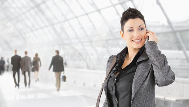 Geschäftsfrau, die auf Mobile spricht lizenzfreies stockfoto