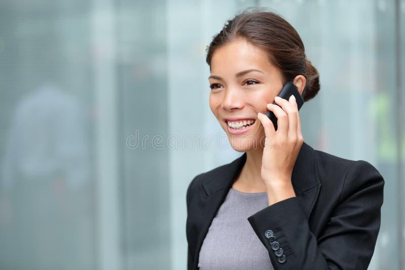 Geschäftsfrau, die auf Smartphone spricht lizenzfreies stockfoto