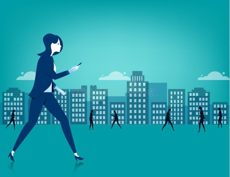 Geschäftsfrau, die auf Stadt unter Verwendung eines intelligenten Telefons geht stock abbildung