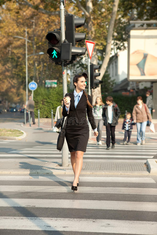 Geschäftsfrau, die auf Straße geht stockfoto