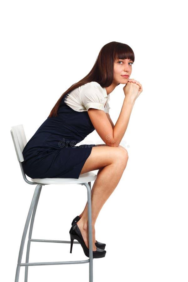Geschäftsfrau, die auf Stuhl sitzt lizenzfreies stockfoto