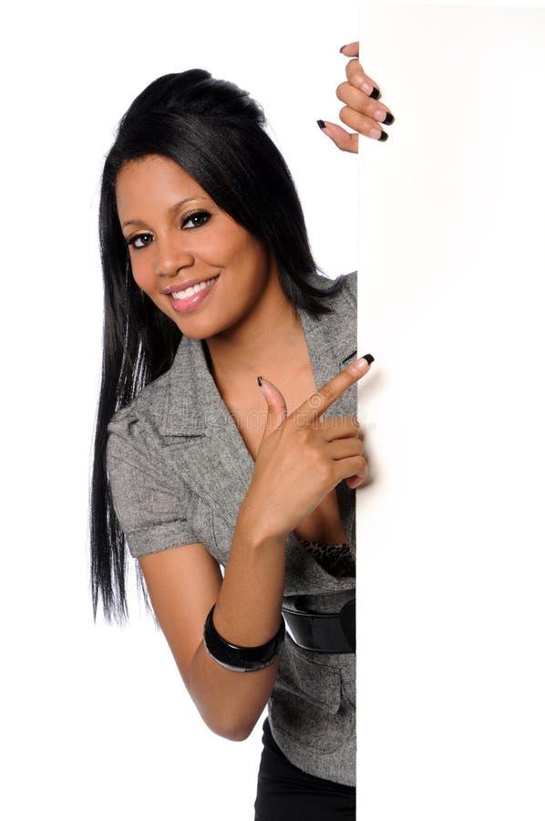 Geschäftsfrau, die auf unbelegtes Zeichen zeigt stockbilder