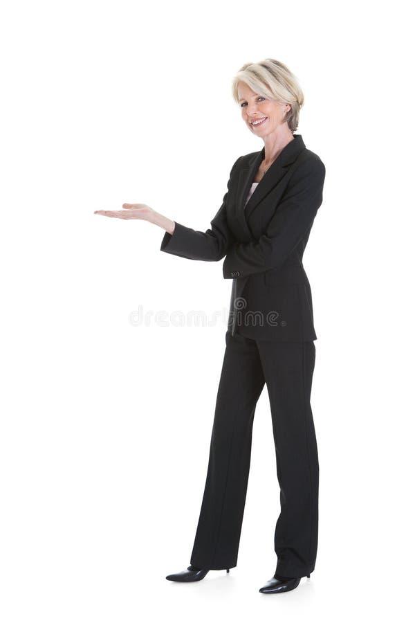 Geschäftsfrau, die auf weißen Hintergrund gestikuliert stockfoto