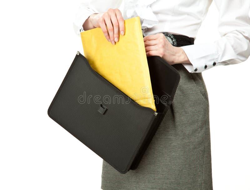 Geschäftsfrau, die Brief aus Aktenkoffer heraus nimmt stockfotos