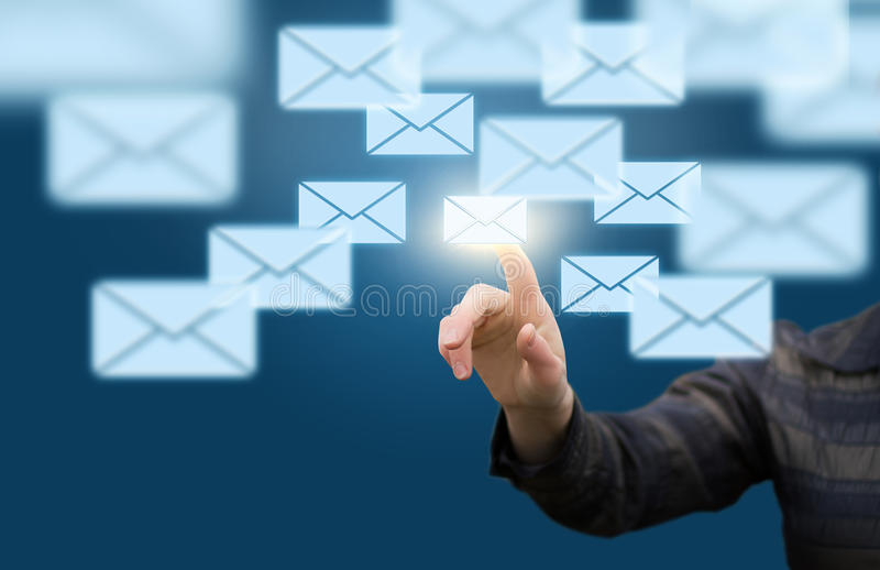 Geschäftsfrau, die Briefe zu schickt stockfoto