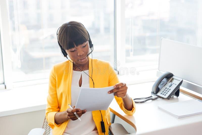 Geschäftsfrau, die in Call-Center arbeitet stockfoto
