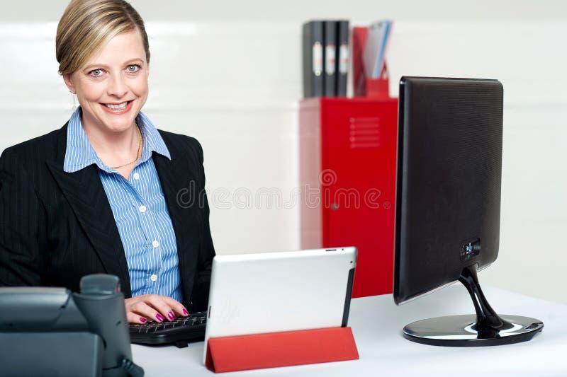Geschäftsfrau, die an Computer arbeitet stockbild