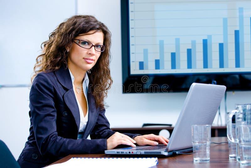 Geschäftsfrau, die an Computer arbeitet lizenzfreies stockfoto