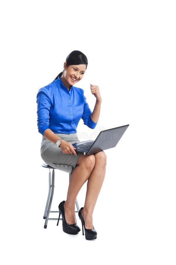 Geschäftsfrau, die Computer verwendet lizenzfreies stockbild