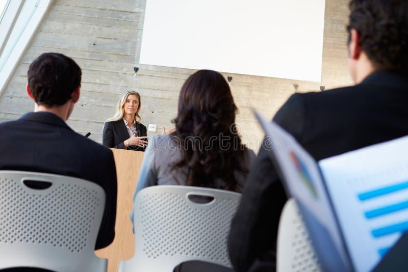 Geschäftsfrau, die Darstellung bei der Konferenz liefert lizenzfreies stockbild