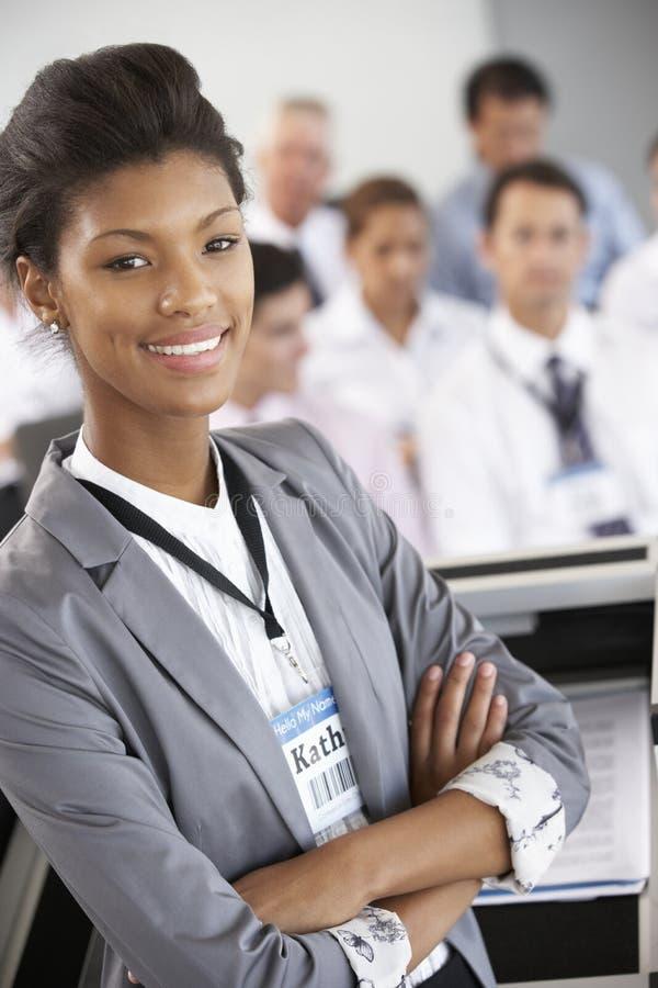 Geschäftsfrau, die Darstellung bei der Konferenz liefert stockbilder