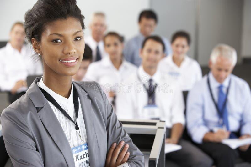 Geschäftsfrau, die Darstellung bei der Konferenz liefert lizenzfreies stockfoto
