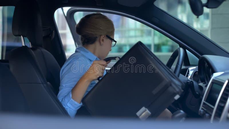 Geschäftsfrau, die den Aktenkoffer und Verlassen Parkplatz nahe Büromitte nimmt lizenzfreies stockbild