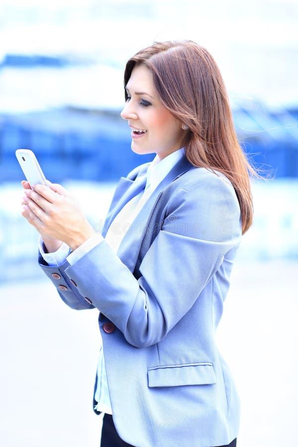 Geschäftsfrau, die den Handy verwendet lizenzfreie stockfotografie
