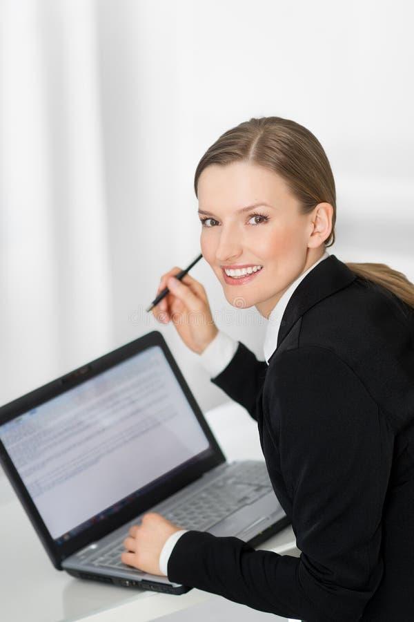 Geschäftsfrau, die den leeren Laptopbildschirm betriebsbereit zum Text zeigt stockfoto