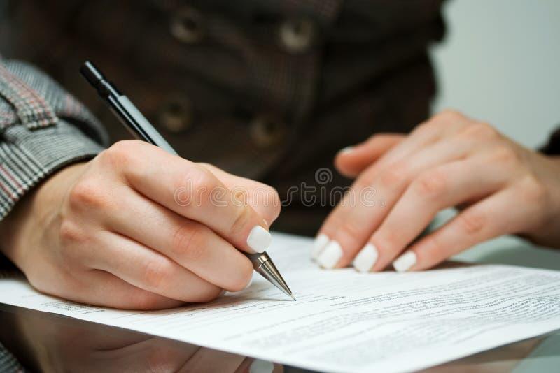 Geschäftsfrau, die den Vertrag unterzeichnet. lizenzfreie stockfotografie