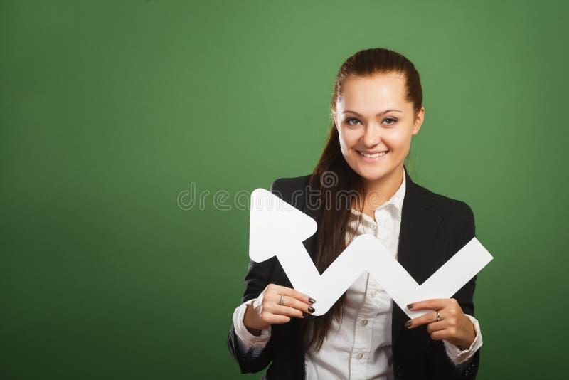 Geschäftsfrau, die Diagramm auf grünem Hintergrund hält lizenzfreies stockfoto