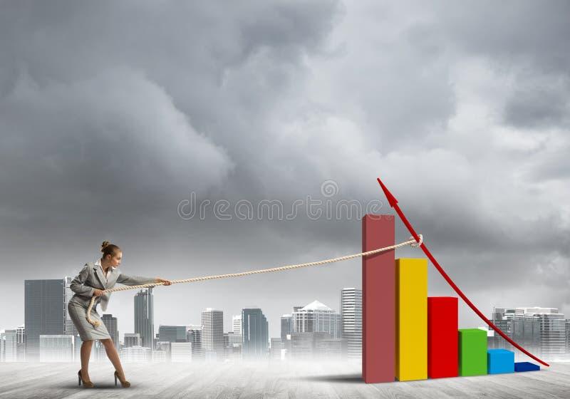 Geschäftsfrau, die Diagramm mit Seil als Konzept der Macht und der Steuerung zieht lizenzfreies stockfoto