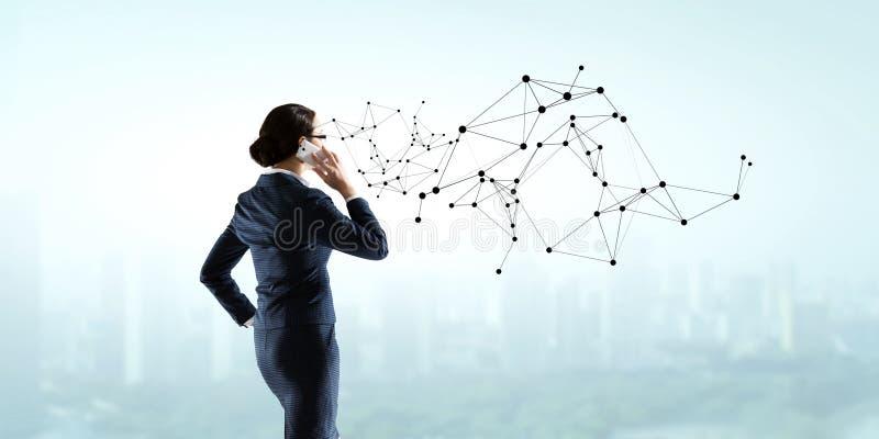 Geschäftsfrau, die Dialog hat lizenzfreie abbildung