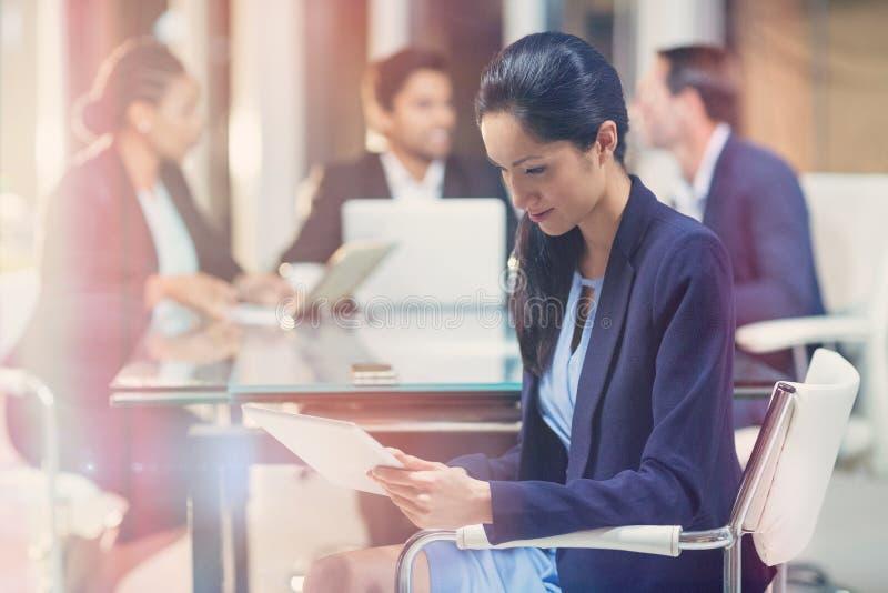 Geschäftsfrau, die digitale Tablette verwendet lizenzfreie stockfotografie