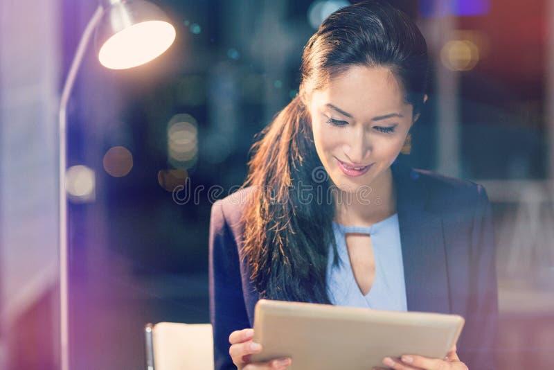 Geschäftsfrau, die digitale Tablette verwendet lizenzfreie stockfotos