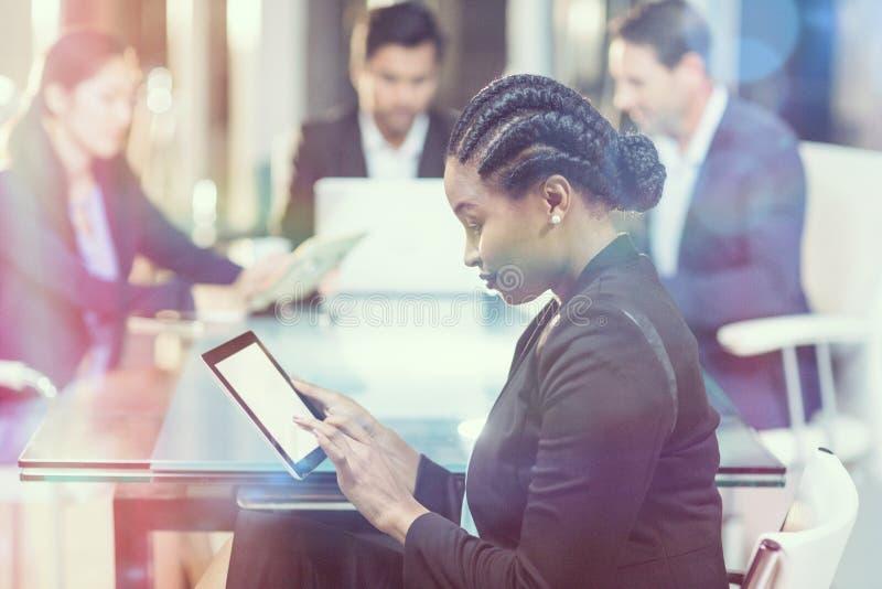 Geschäftsfrau, die digitale Tablette verwendet stockfotografie