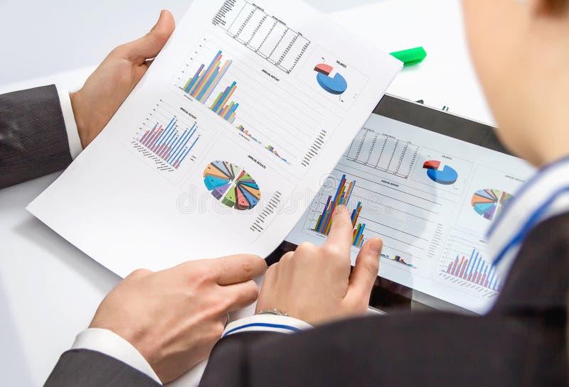 Geschäftsfrau, die Dokumente in der digitalen Tablette zeigt lizenzfreies stockbild