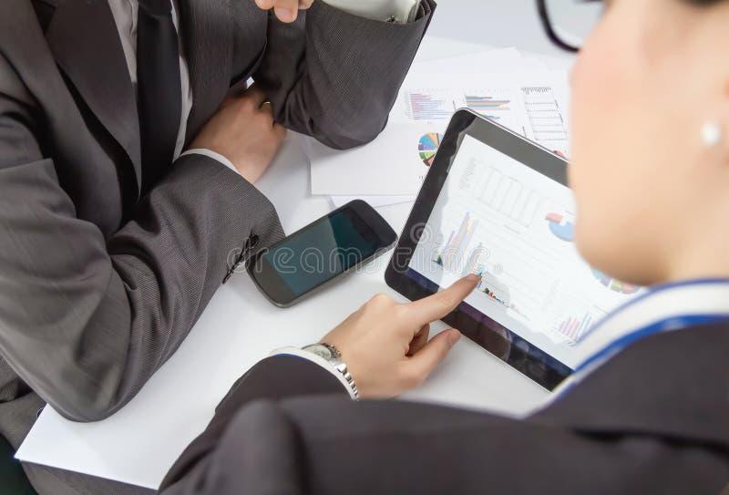 Geschäftsfrau, die Dokumente in der digitalen Tablette zeigt stockfoto