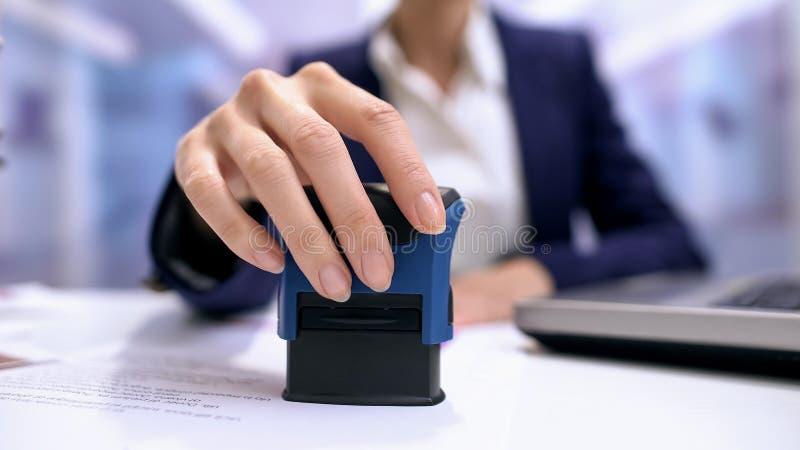 Geschäftsfrau, die Dokumententabelle, anerkennend Vertrag Direktors, Schreibarbeit stempelt stockfotografie