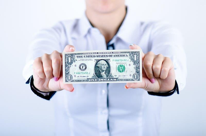 Geschäftsfrau, die Dollarbanknoten lokalisiert auf einem weißen Hintergrund hält Geld in Frauen ` s Händen Amerikanisches Bargeld stockfoto