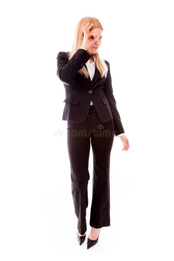 Geschäftsfrau, die durch das Loch des Fingers schaut lizenzfreie stockbilder