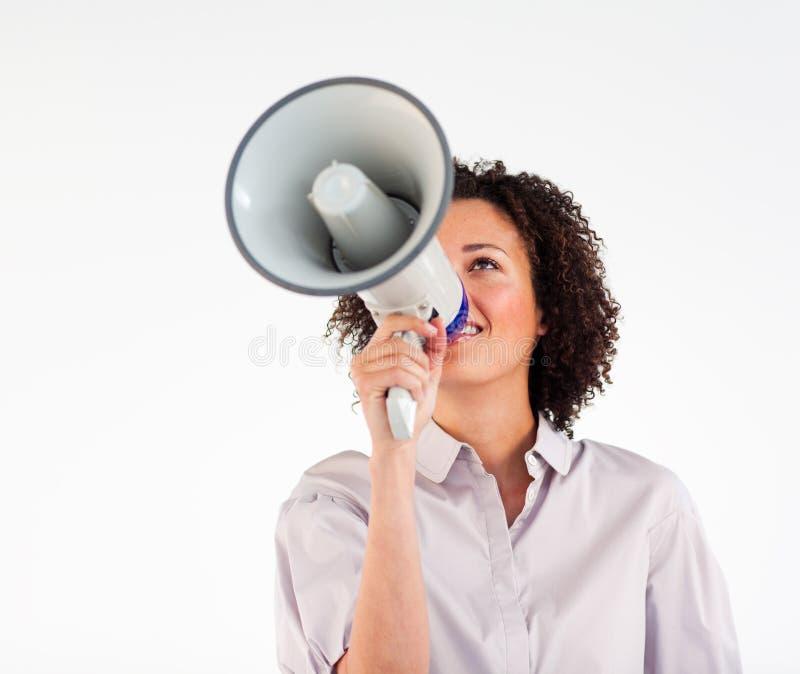 Geschäftsfrau, die durch Megaphon schreit lizenzfreie stockfotografie