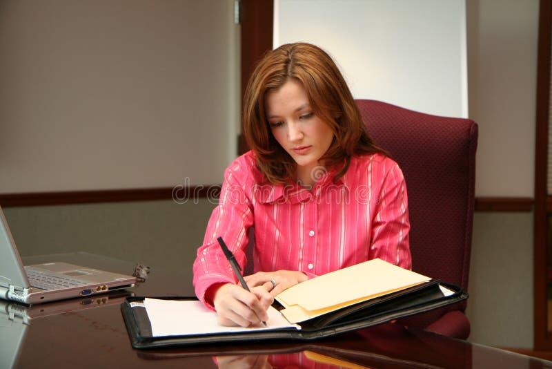 Geschäftsfrau, die ein Angebot schreibt stockfotos