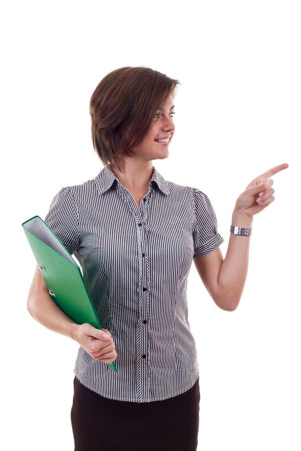 Geschäftsfrau, die ein Faltblatt anhält stockfoto