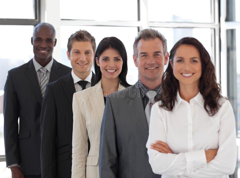 Geschäftsfrau, die ein Geschäftsteam führt lizenzfreie stockbilder