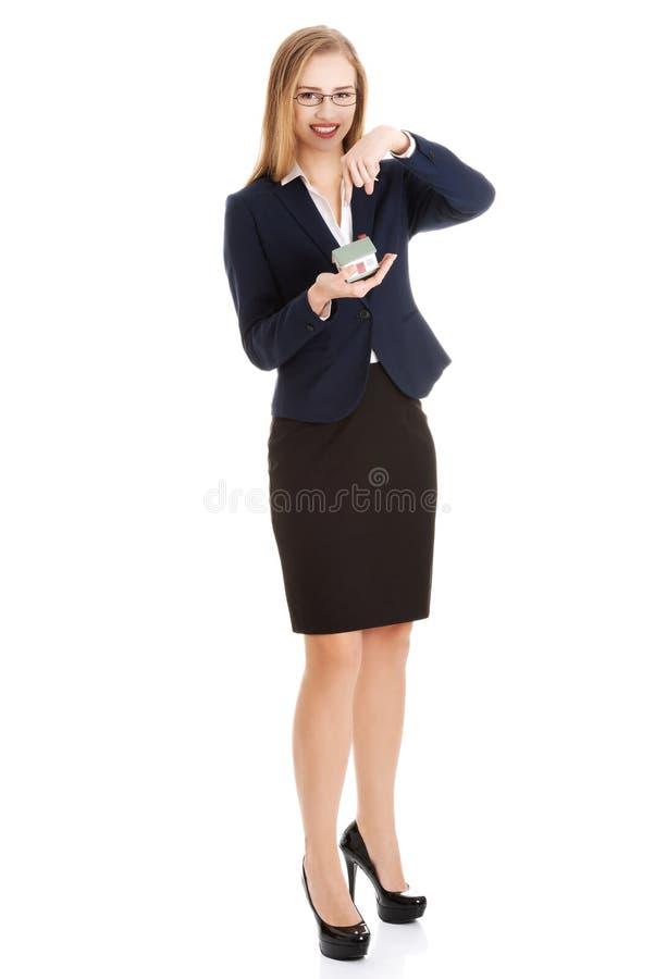 Download Geschäftsfrau, Die Ein Modell Des Hauses Hält Stockfoto - Bild von konzept, gelegenheit: 47100164
