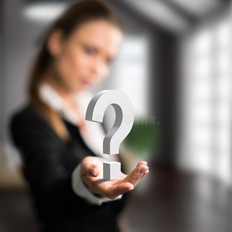 Geschäftsfrau, die ein questionmark darstellt stockfoto