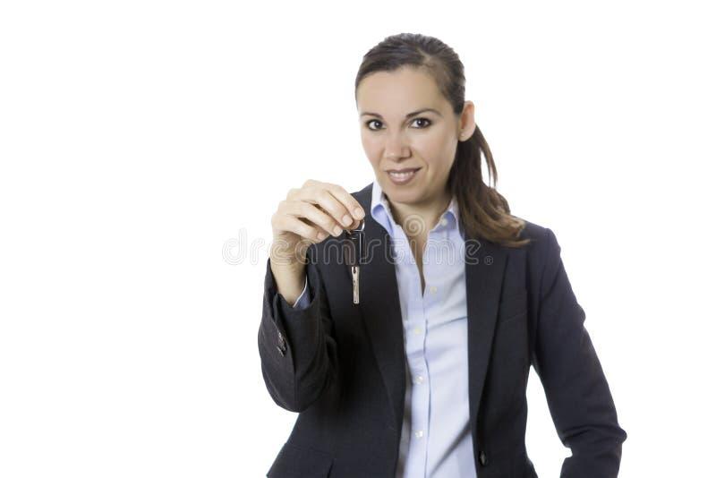 Geschäftsfrau, die ein Schlüsselauto hält lizenzfreie stockfotos