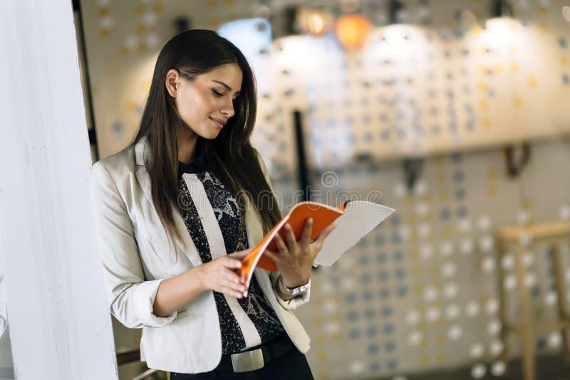 Geschäftsfrau, die eine Datei hält stockbild