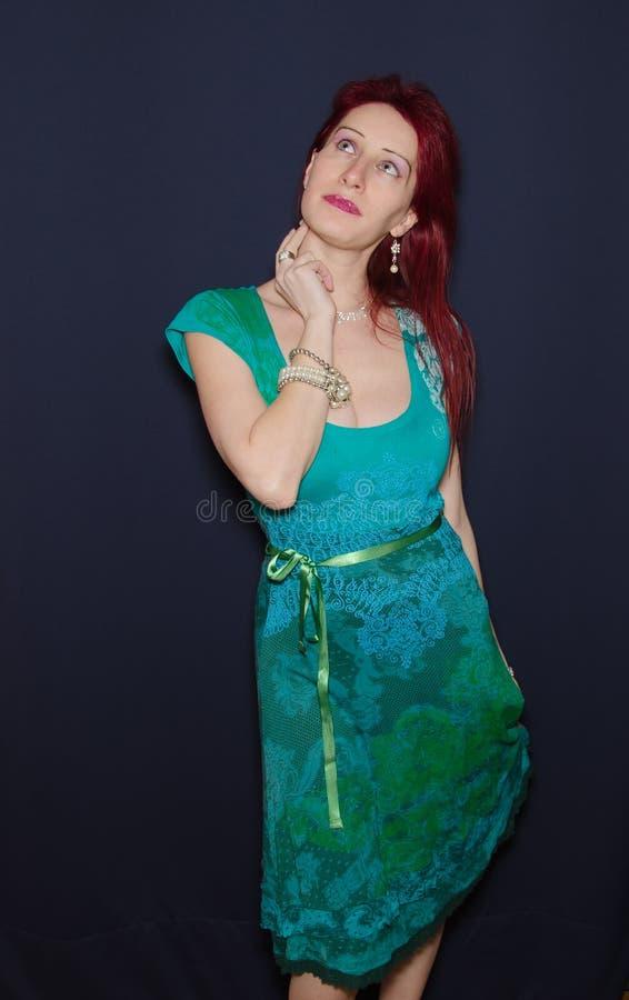 Geschäftsfrau, die eine Idee sucht lizenzfreies stockfoto