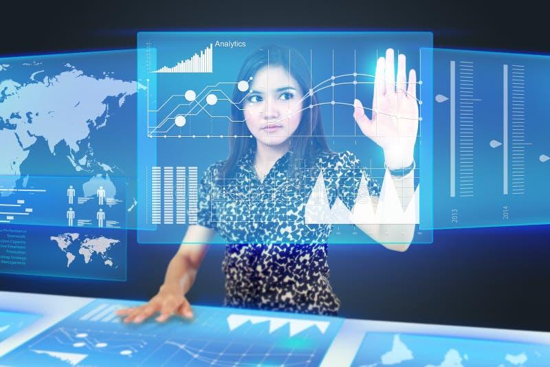 Geschäftsfrau, die eine Ikone auf einem Touch Screen Monitor schleppt stockfotos