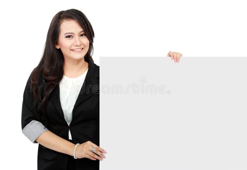 Geschäftsfrau, die eine leere Anschlagtafel anhält lizenzfreie stockfotos