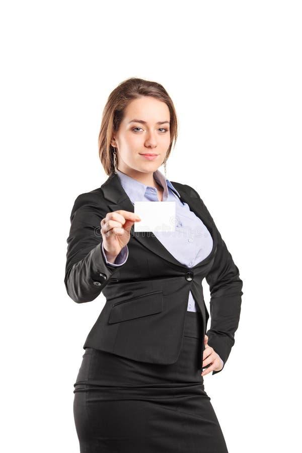 Geschäftsfrau, die eine leere weiße Visitenkarte hält stockfotografie