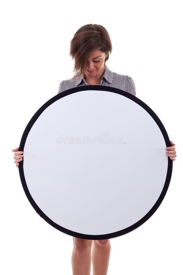 Geschäftsfrau, die eine unbelegte Anschlagtafel anhält lizenzfreies stockbild