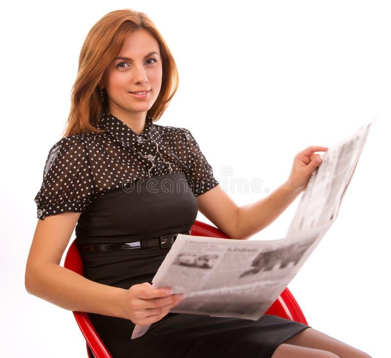 Geschäftsfrau, die eine Zeitung liest stockbild