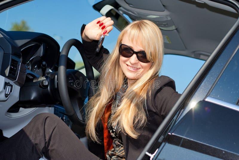 Geschäftsfrau, Die In Einem Auto Sitzt Stockfoto