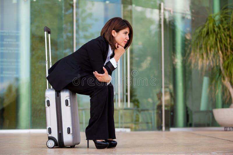 Geschäftsfrau, die an einem Flughafen wartet lizenzfreies stockbild