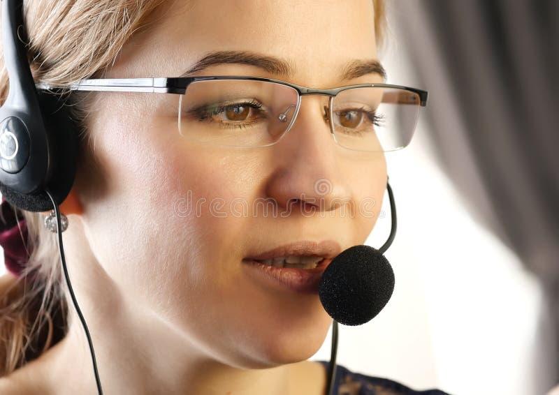 Geschäftsfrau, die in einem Kundenkontaktcenter arbeitet Kundendienst proffessional, das auf Kopfhörer spricht lizenzfreie stockbilder