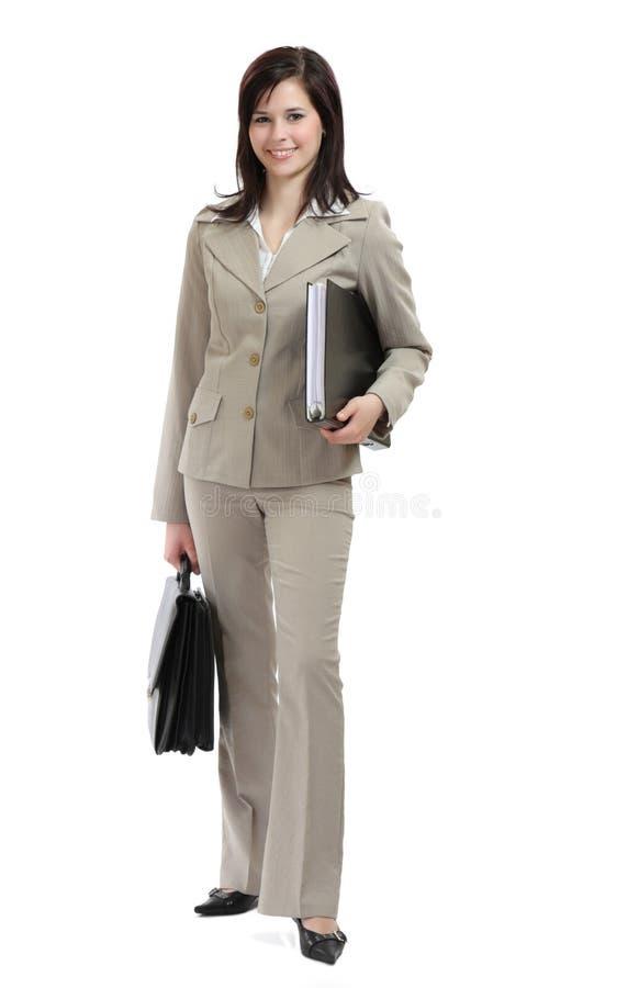 Geschäftsfrau, die einen Aktenkoffer lächelt und anhält stockfoto